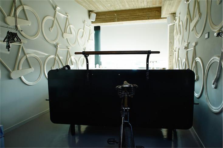 ベッドにも車輪が付いていることや、実際に部屋の中にも自転車が置かれているのも特徴的