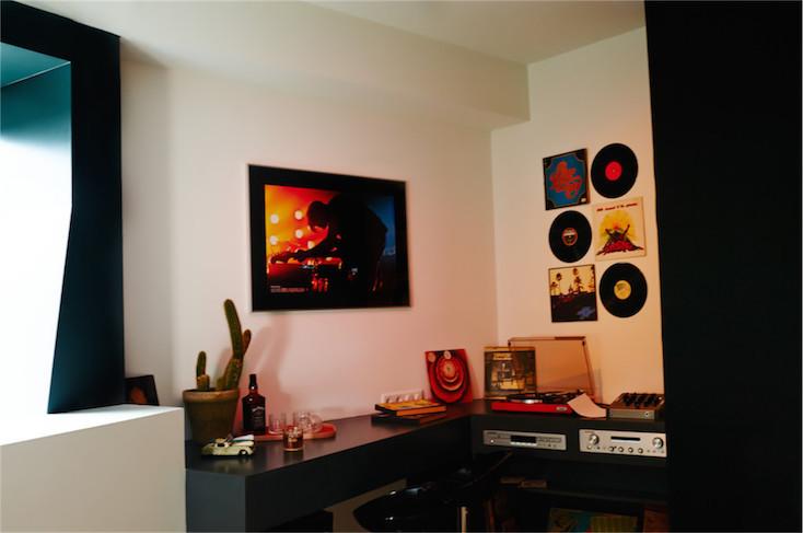 CDやレコードのコレクションも部屋にたくさん用意されており、自由好みの音楽を探したくなる