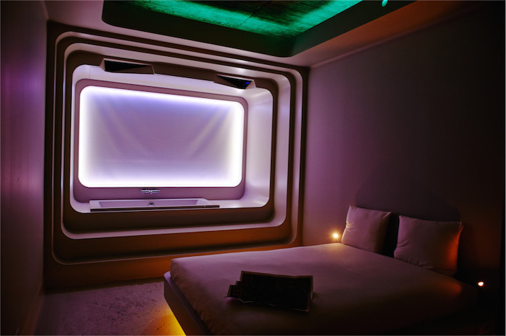 ベッドはさりげなく、浮いているようなデザイン