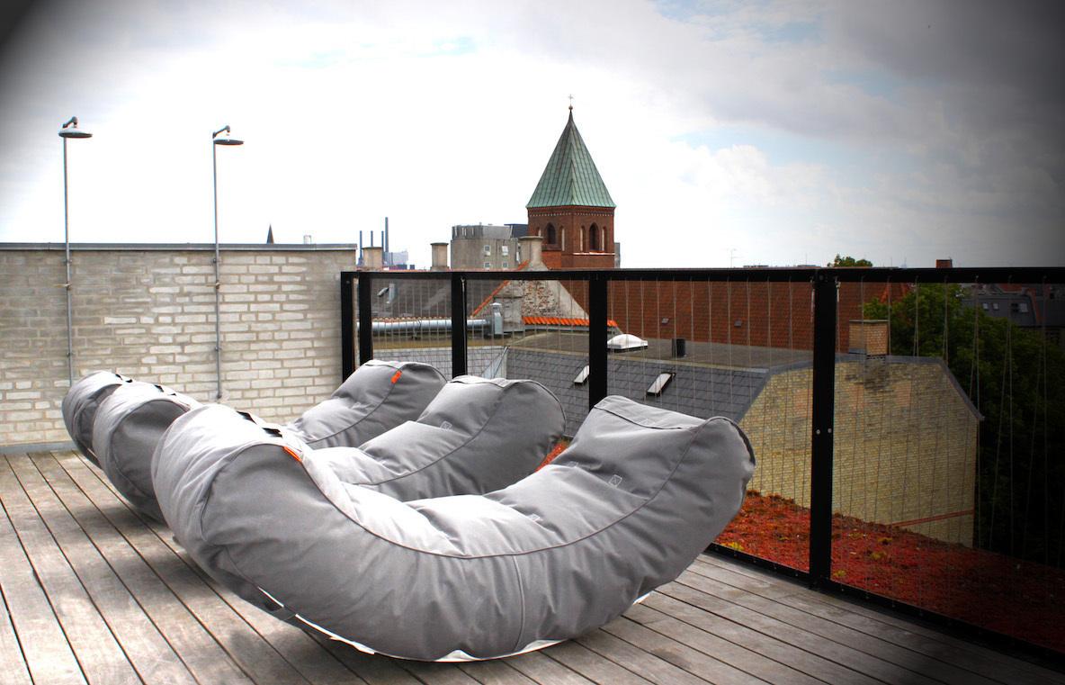 外でもラウンジのような快適さを。コペンハーゲン発、外で使うための家具