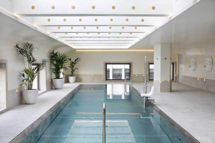 ホテル内には広々としたプールも用意されている