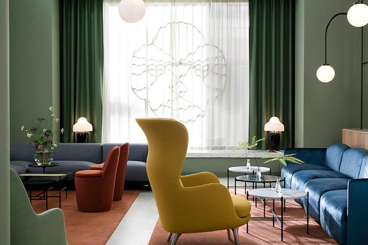 ホテル内には数々の真鍮で作られた、ロマネスク様式のアーチが窓側などに彩られている