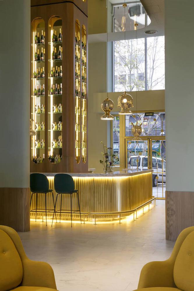 バーはお酒を魅せるように飾られていて、照明も選び抜かれたデザインのものである