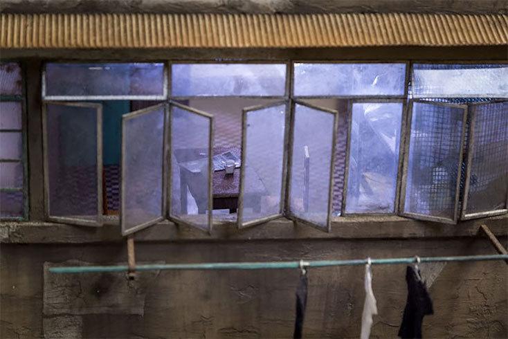 窓のくたびれた感じや、壁の塗装が剥がれたところまでもがリアルに作られている