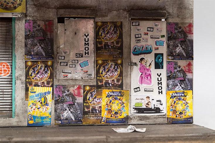 東京などでもよくあることだが、ステッカーやスプレーで落書きされた建物の様子までしっかりと再現されている