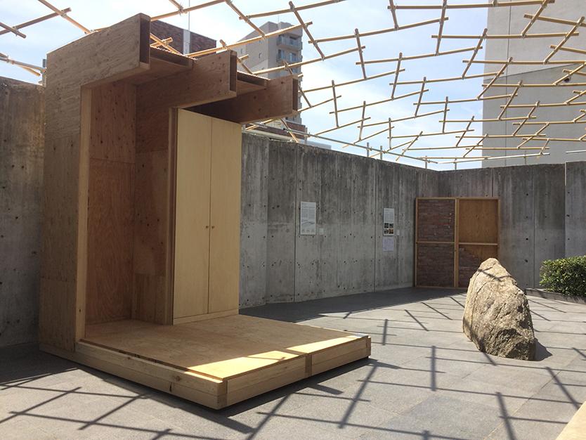 熊本木造仮設住宅。プライバシーを確保し、隣室との間につくり付け収納を設けることで遮音性を高める