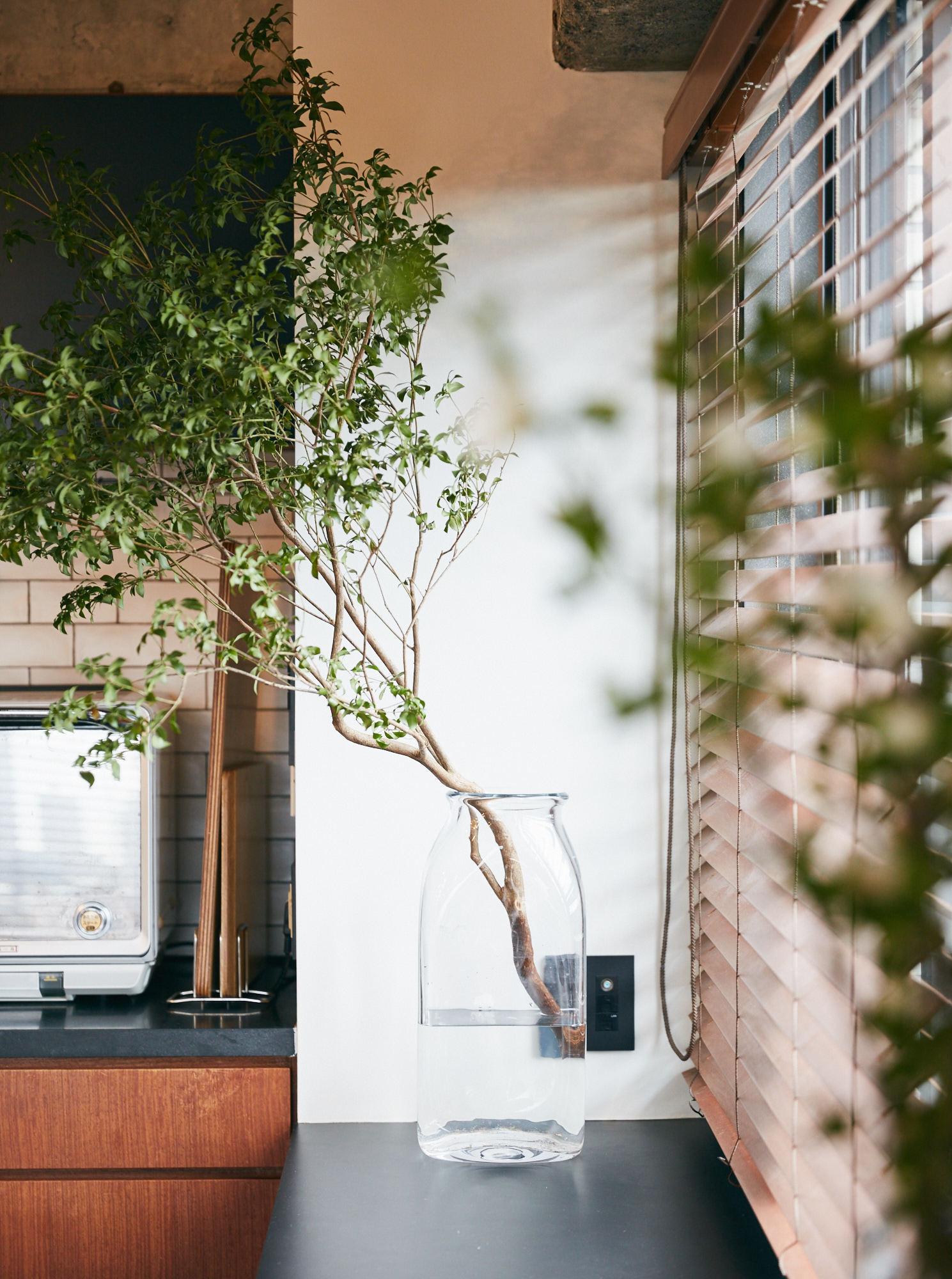 植物をガラスの器に飾る