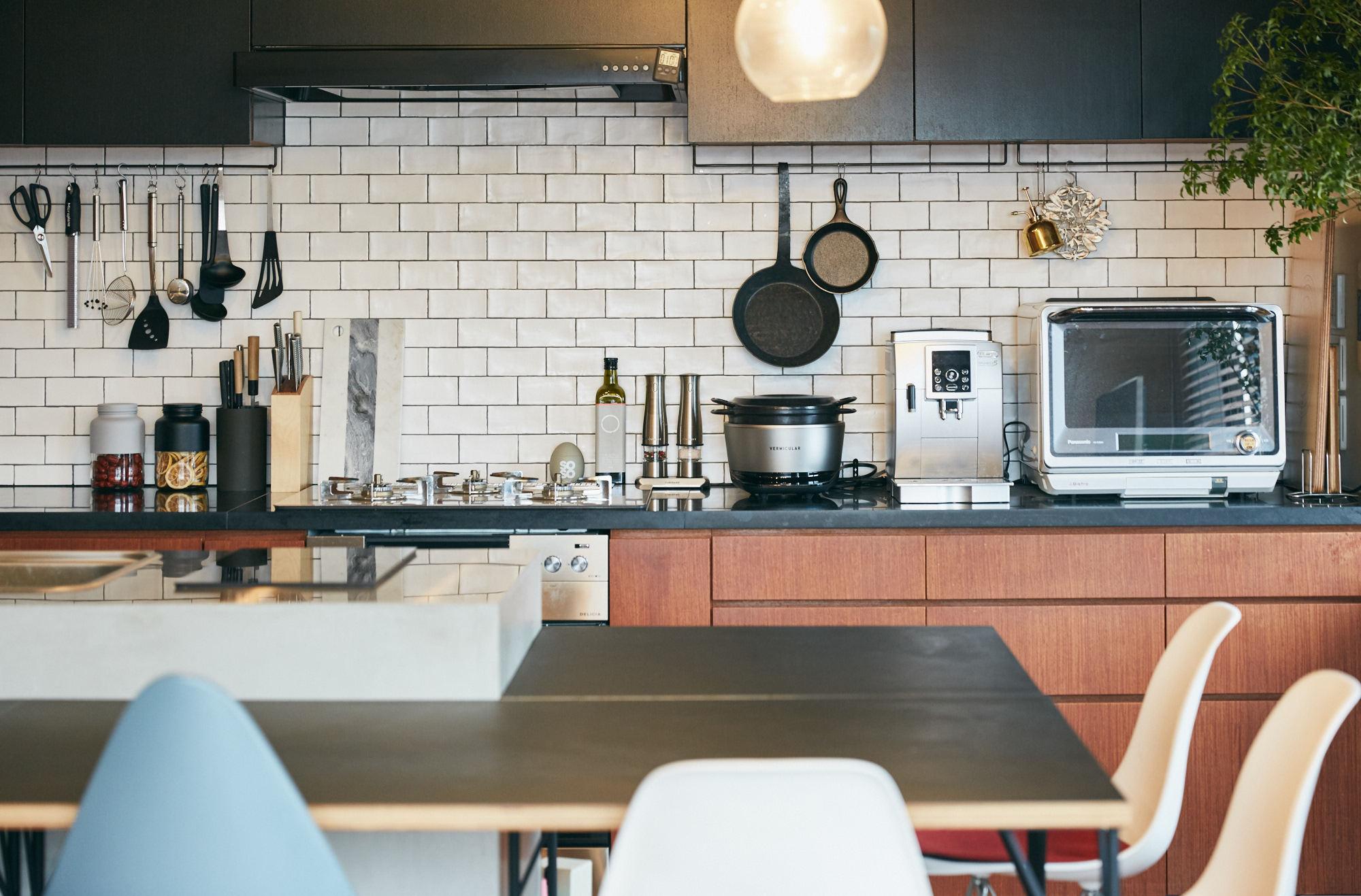おしゃれな白いタイル貼りの広いリノベーションキッチン