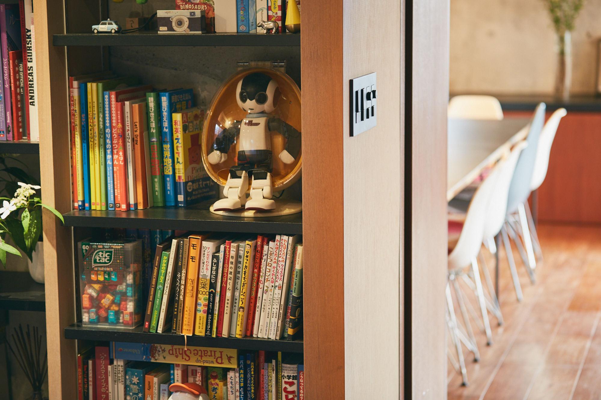 おもちゃがつまった書斎