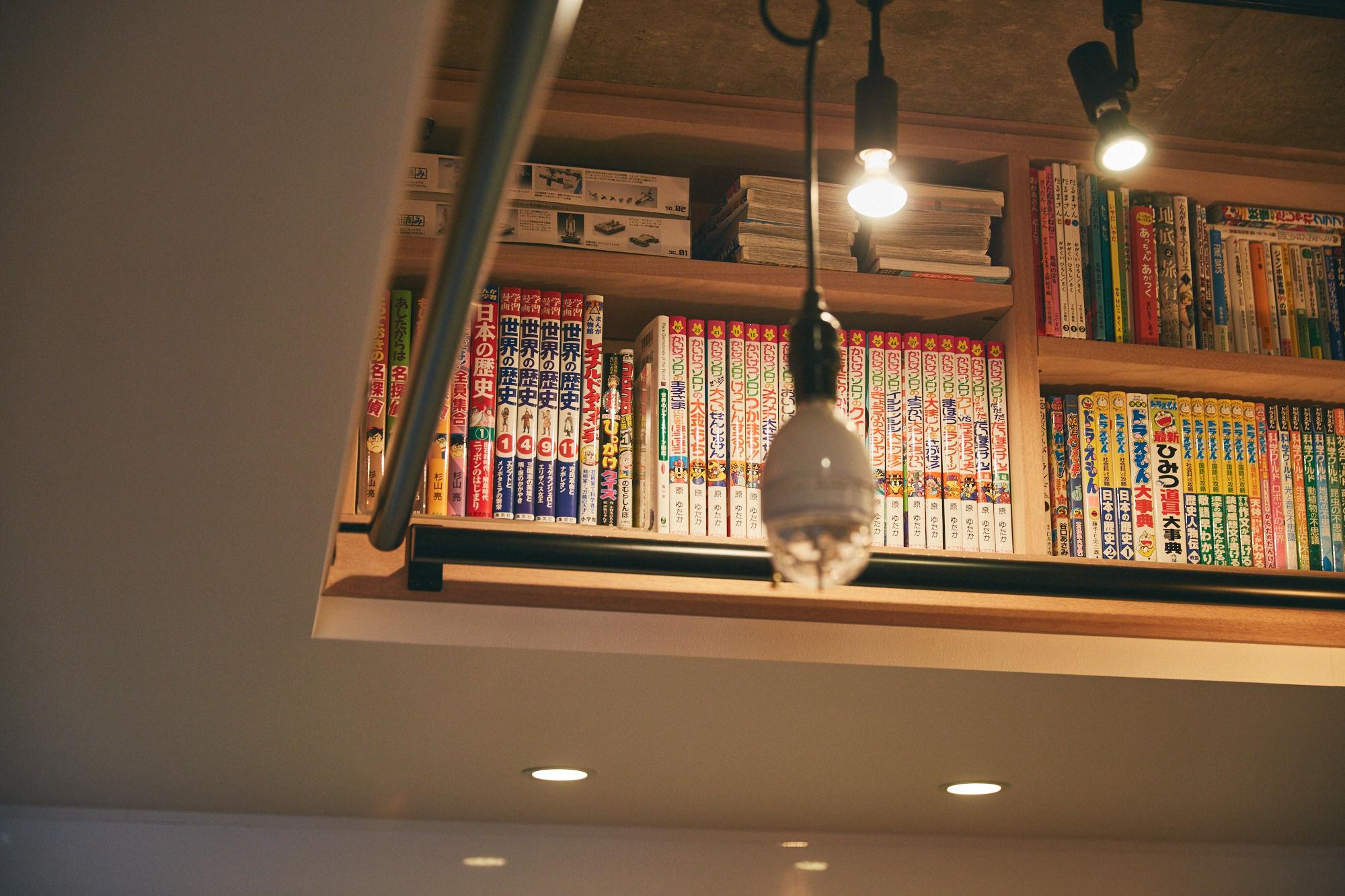 漫画がつまったおしゃれな本棚