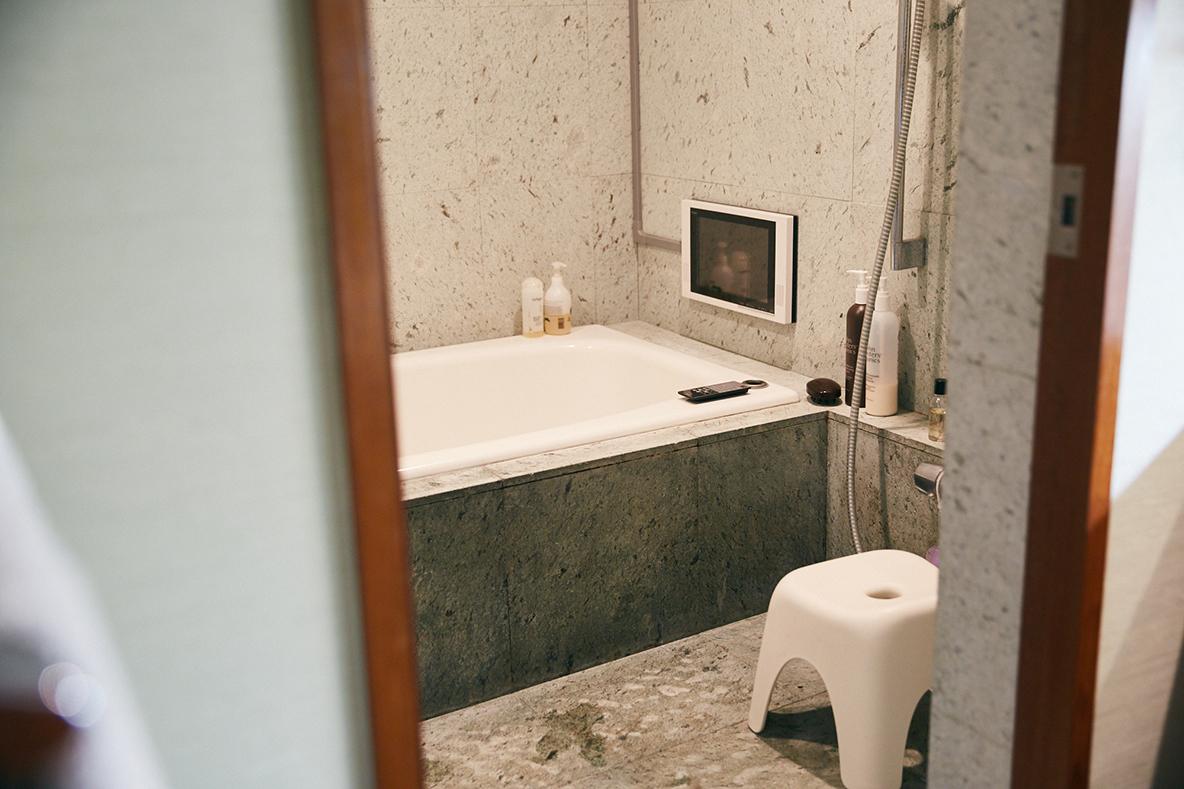 石を使ってリノベーションしたおしゃれな浴室