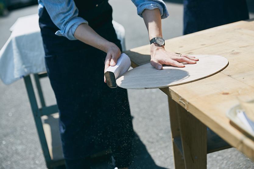 椅子の断面を紙やすりで整えるDIY