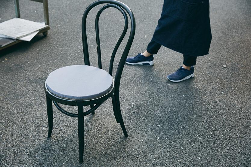 椅子をリペアするための八幡ネジのウレタンフォーム