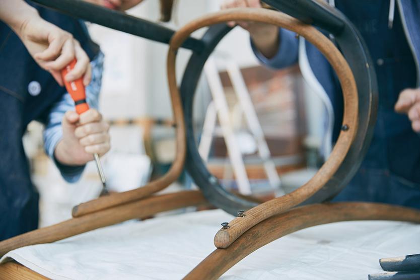 トップコートを塗り直し、座面を固定したら完成