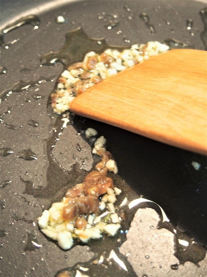 フライパンにオリーブオイル(大さじ1)、にんにくを入れて熱し、香りが立ったらアンチョビを加えて炒める