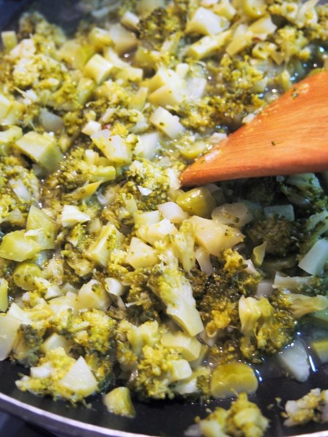 ブロッコリーを木べらで潰しながら、更に煮詰める