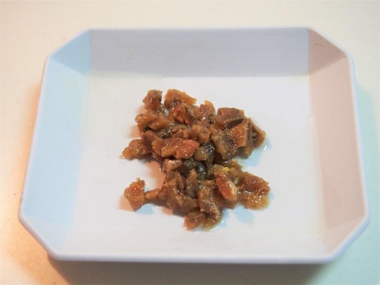 ブロッコリーを茹でている間に、アンチョビとにんにくを粗みじん切りにし、唐辛子は小口切りにして種を取る