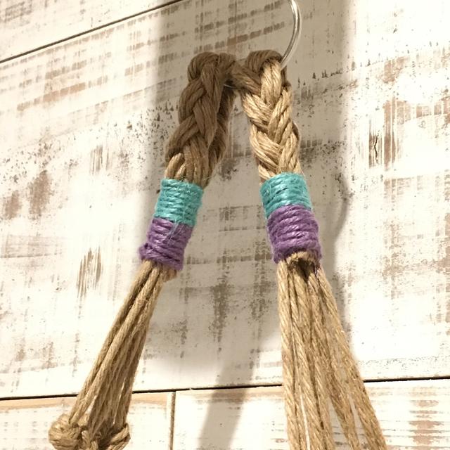 ハンモックの両端部分に編み込まれている麻紐のカラーにはいくつかバリエーションがある