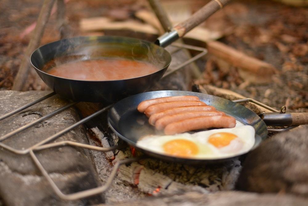 料理に取り掛かる前に、必要な道具を山から調達する