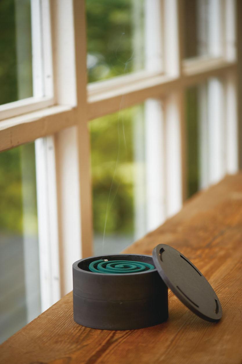 パッケージなど個性の強い蚊取り線香を、違和感なく空間に馴染ませることができる「MOSQUITO COIL CASE」