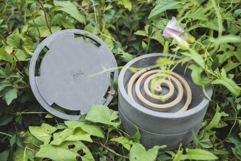 珪藻土で作られたsoilの蚊取り線香ケース