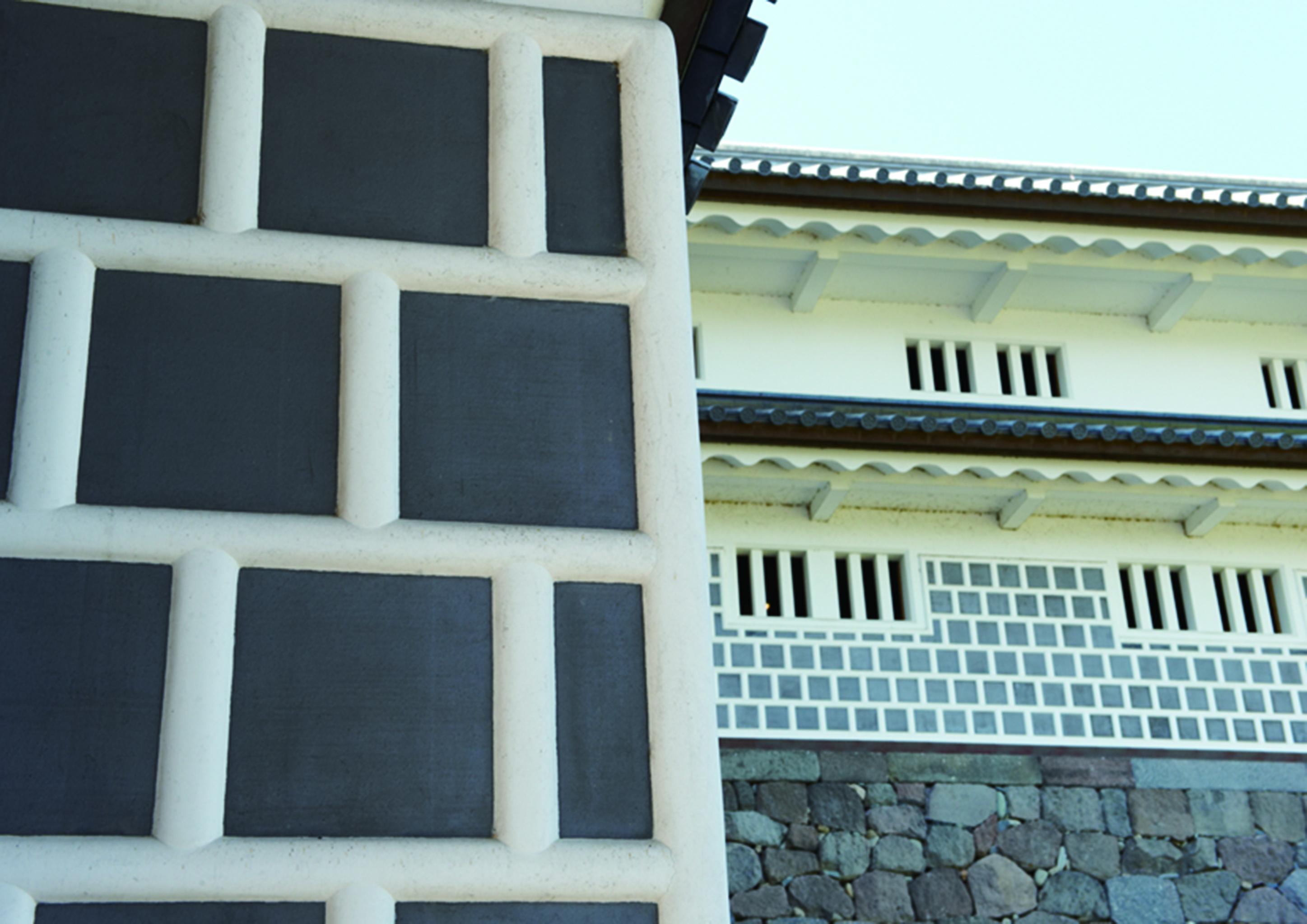 古くからの歴史を持つ左官は、鏝(こて)を使用し土やセメントなどで壁や床を塗り仕上げる技術のこと