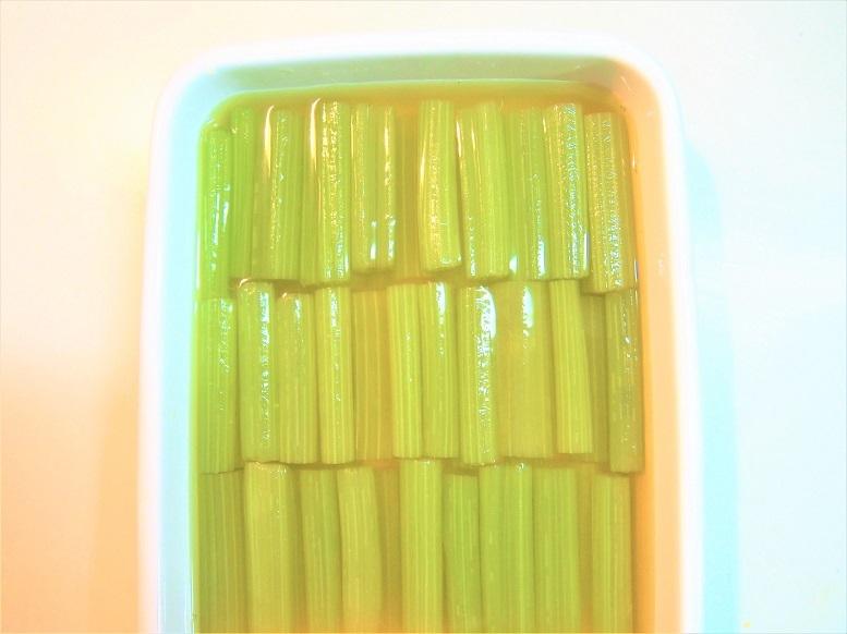 ふきを5センチ長に切り揃え、すぐに冷たいおだしに漬ける