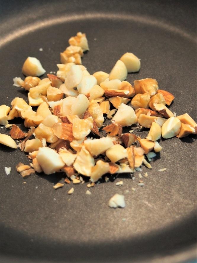 ナッツを食べやすい大きさに刻み、フライパンで炒る