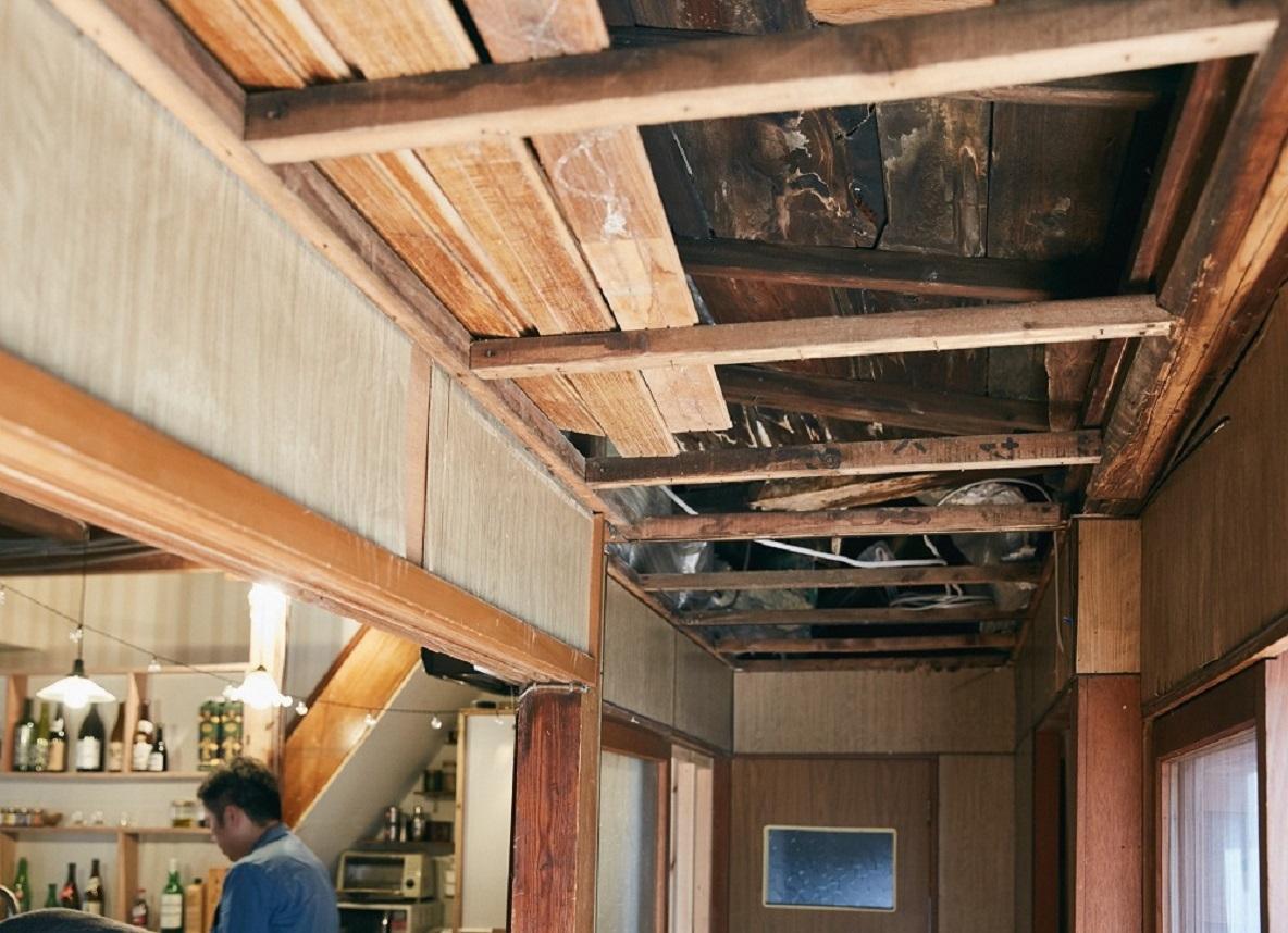 雨漏りする古い天井