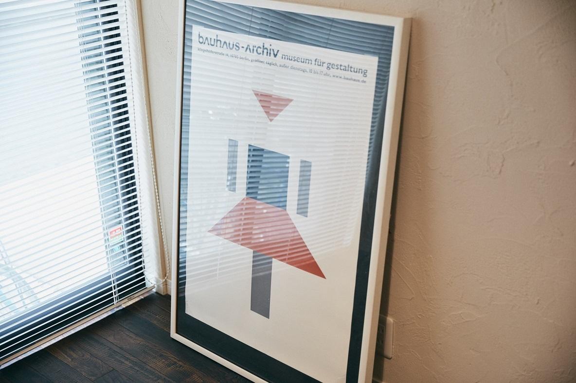 グラフィックデザインのポスターを飾る