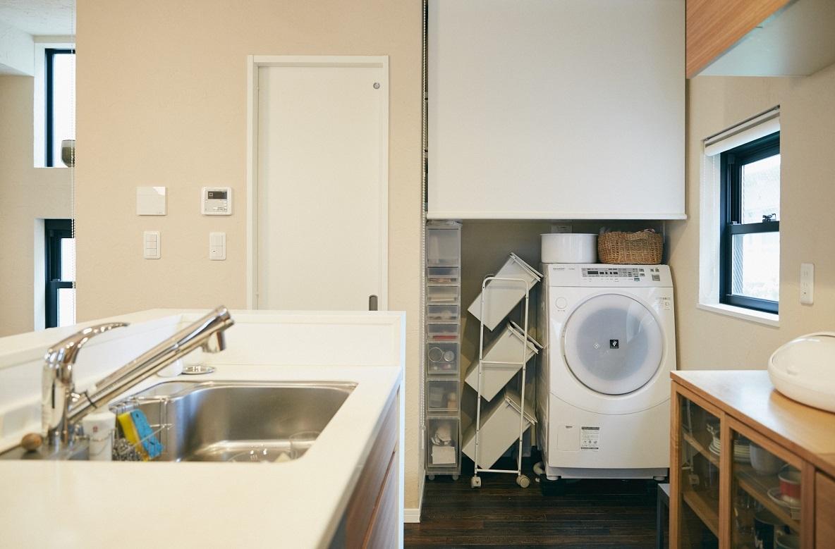 キッチン横のロールスクリーンを開けると、洗濯機が