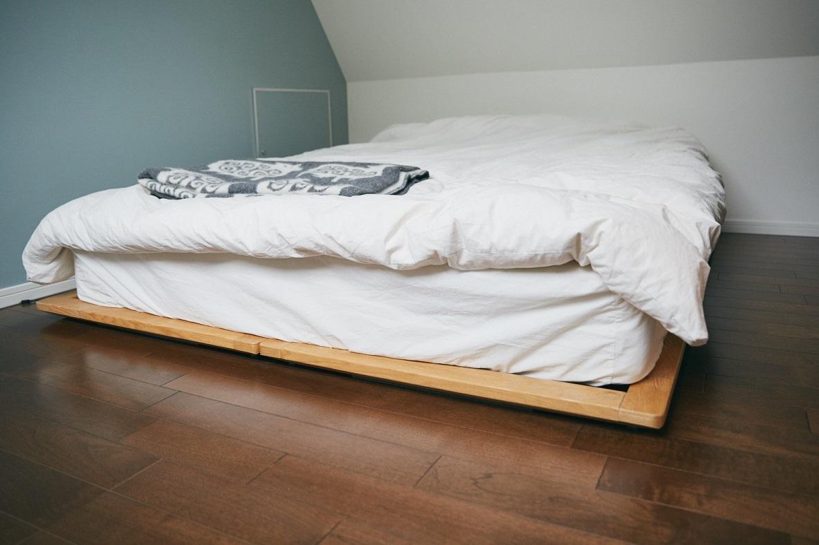 無印良品のシングルベッドフレームで、寝室は物を置かず、眠りに集中する場所に