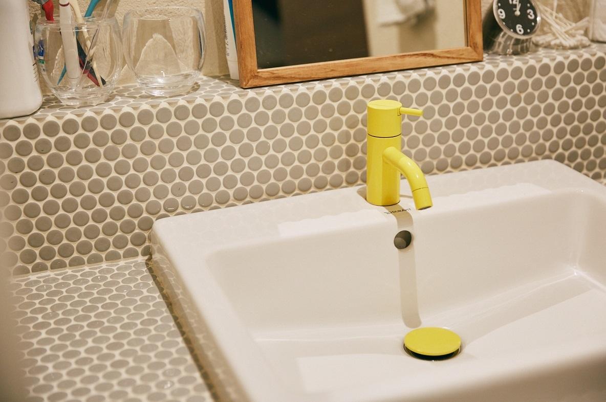 アルネ・ヤコブセンがデザインしたVOLAシリーズの黄色い水栓