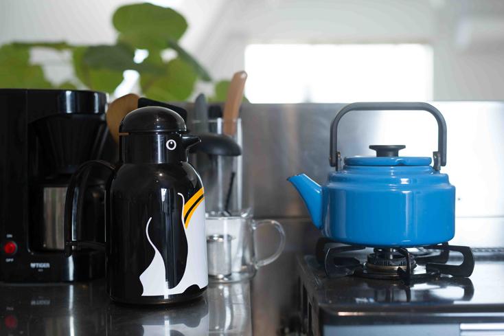 最近、お茶を煮出すことにこだわっているという一ノ瀬さんが使うのは、ドイツの老舗魔法瓶ブランド・ヘリオスのポットと野田琺瑯のブルーのケトル。「ペンギンのかたちがすっごいかわいい。自宅でも、同じシリーズの猫のかたちをしたポットを使っています。保温性能抜群で、朝入れると1日温かいんです」