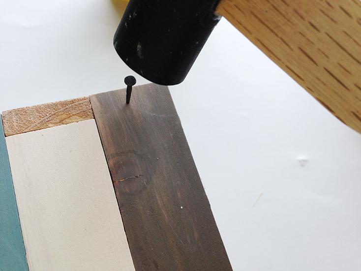 補強として、釘を打つ。小さいものでOK。底板と即板は釘でもタッカーでもよい