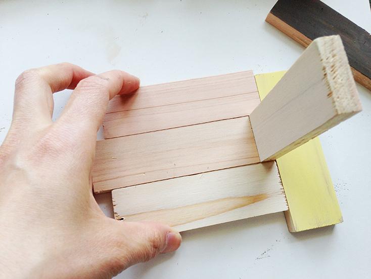 組み立てる。まず3枚の板を写真のように真ん中の板だけずらして組み合わせ、ボンドで張り合わせる。このとき板を立ててはめると綺麗に作れる。これを4つ作る。ボンドで貼り合わせる時は、1分間手で強く押さえる。