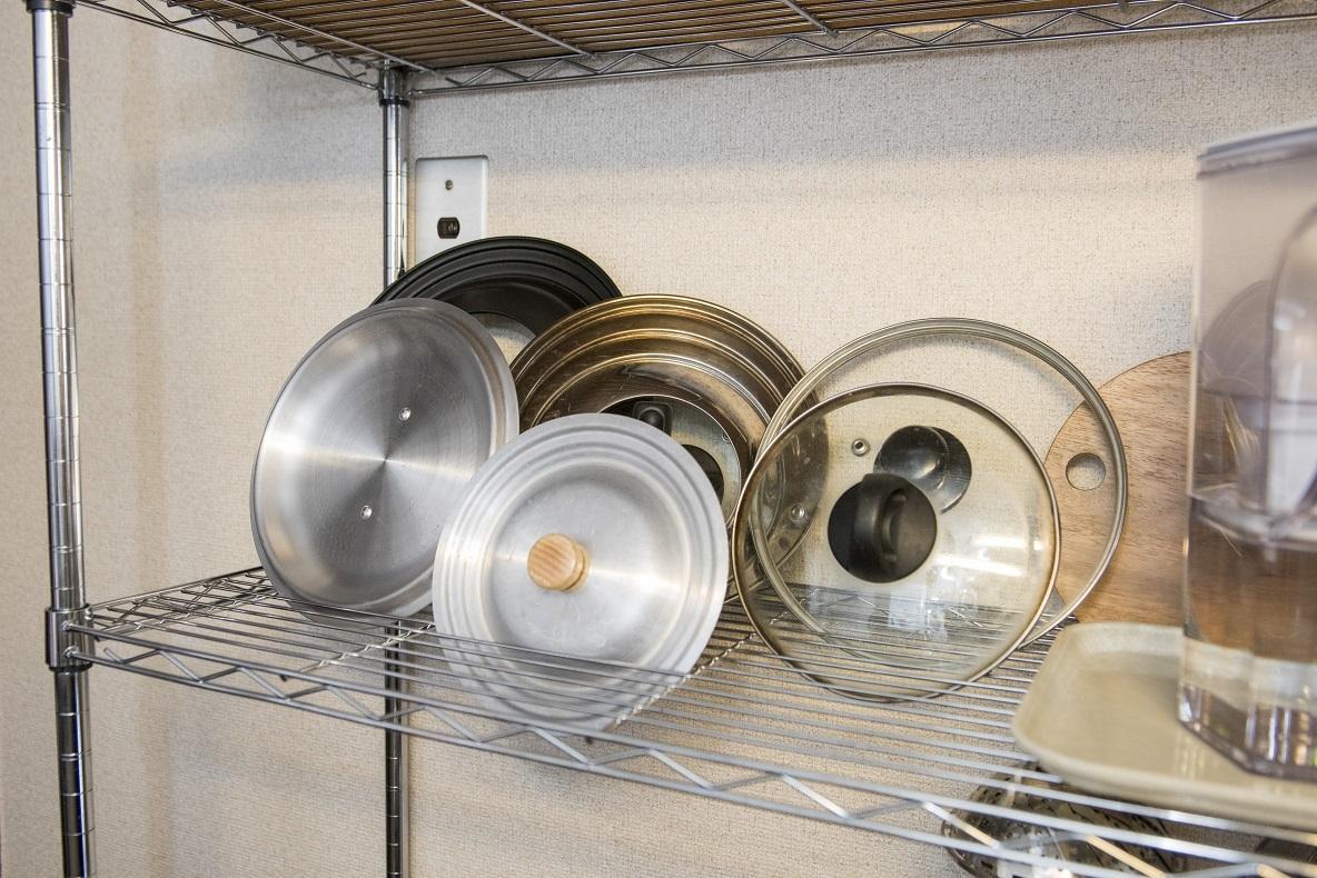 意外と置き場所に困る鍋の蓋も溝に立てかけるだけでいくらでも収納できる