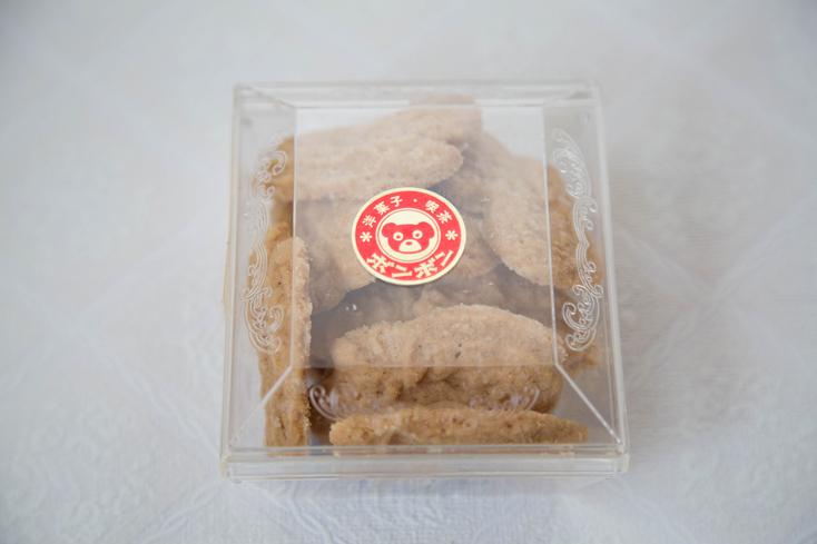 クマのシールを貼ったプラスチックの透明の容器に、ぎゅっと詰め込まれた焼き菓子は、アーモンドの風味をきかせた「ペルチクス(ペルティクス)」。しっかりさっくり歯ごたえがあって、コーヒーや紅茶のお供にぴったり。ボンボンの洋菓子コーナーで販売しているのを、友人がおみやげにと届けてくれた。