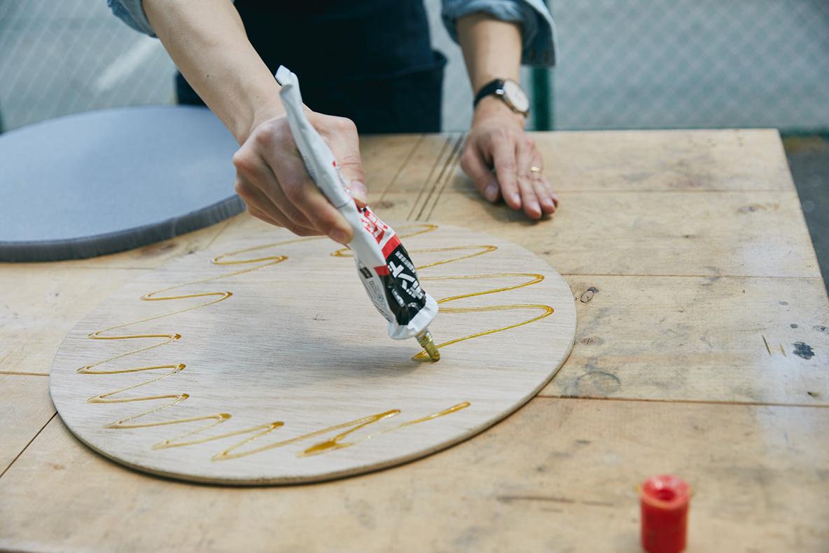 ウレタンフォームが切り出せたら、接着剤で座面の板と貼り合わせる