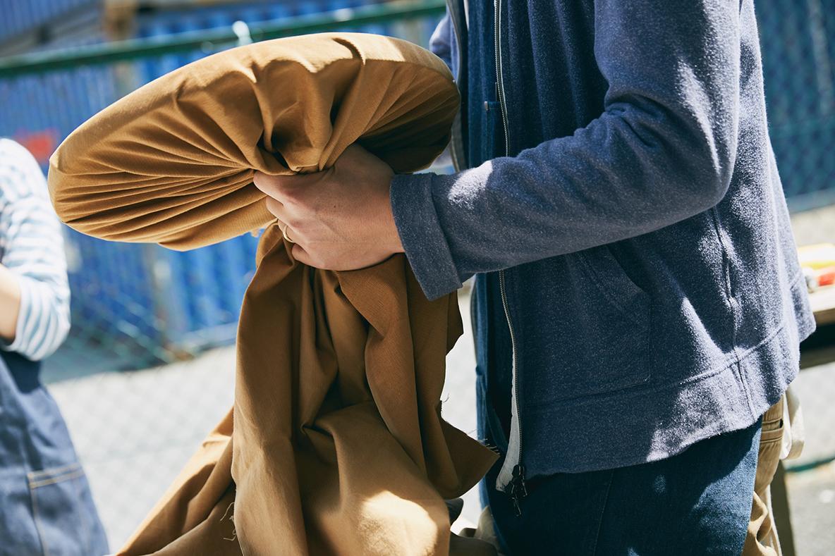 ウレタンフォームを貼り合わせたら、座面となる布をかぶせる。布のチョイスは、キャンバス地のように厚すぎたり、シワがよりやすい薄すぎないもの、また伸びすぎないものがベスト