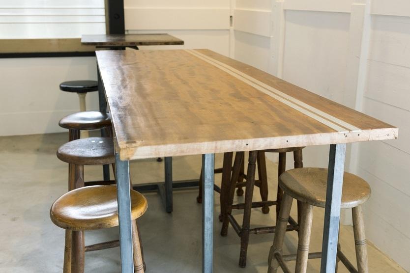 古い建具や道具を扱う葉山の「桜花園」の古材をリメイクしたオリジナルテーブル