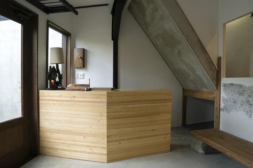 木材を1本1本積み重ねて造作した帳場