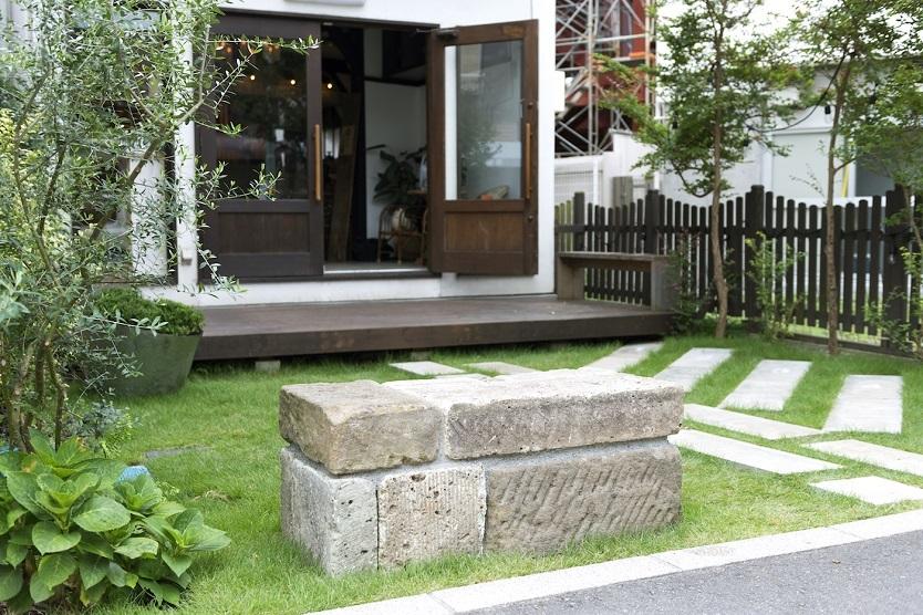 鎌倉石を積み重ねた石垣ベンチやグリーンデザイン