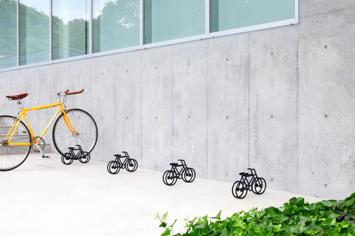 ひと目で駐輪場だと分かる。シンプルなデザインの自転車スタンド