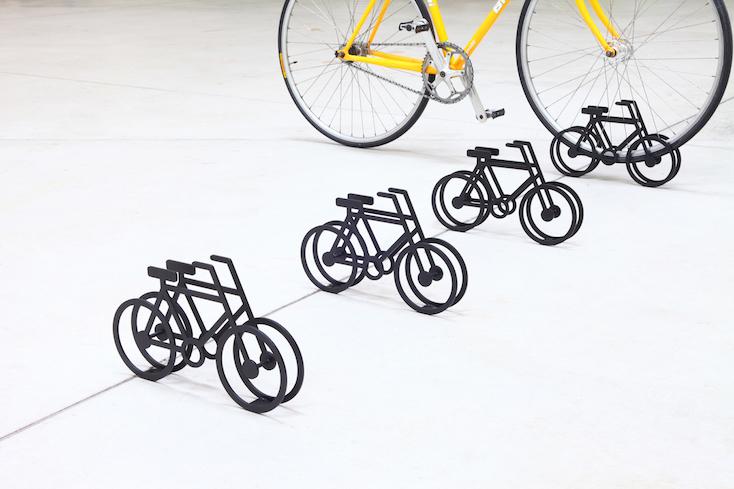 「On Bicycle Stand」は誰にでも伝わるサイン計画も兼ね備えたスタンド