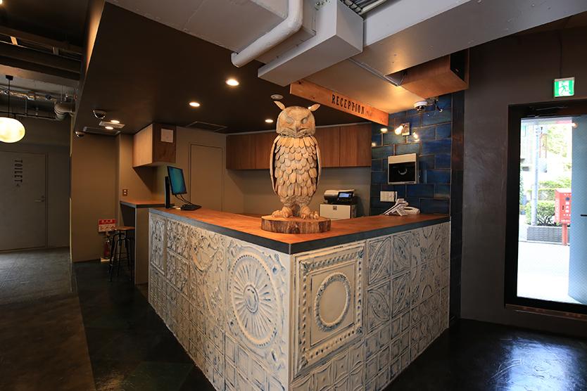 WISE OWL HOSTELS TOKYOのフクロウの置物