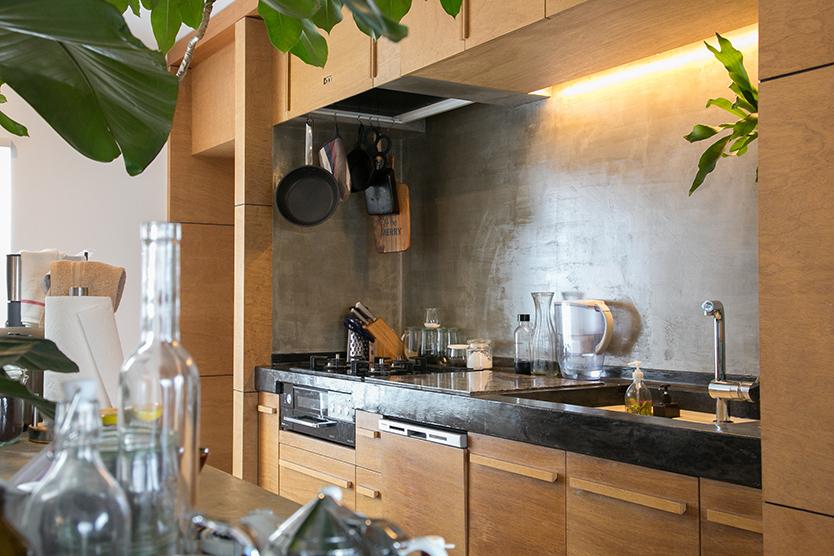 素敵で広々したコンクリートのキッチン