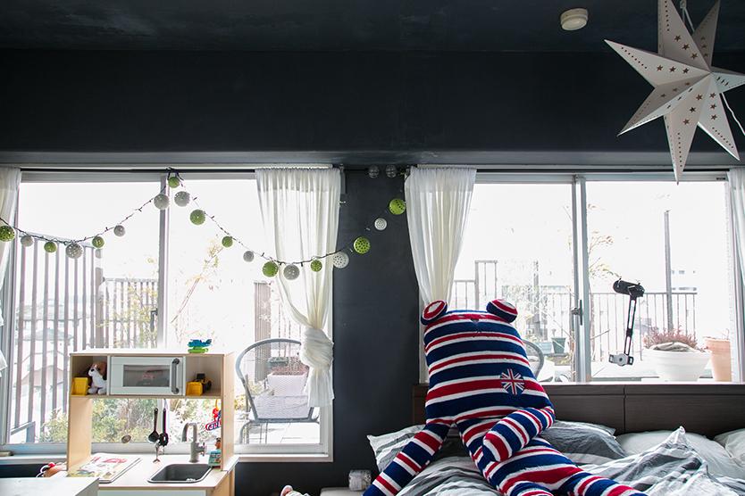 壁をDIYで塗った、かわいい寝室