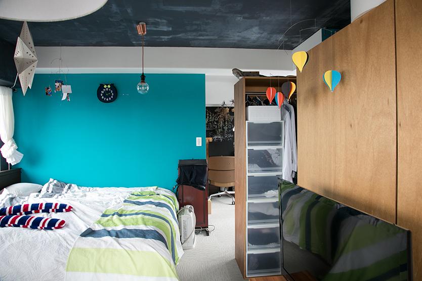 壁をDIYで塗装したかわいい寝室