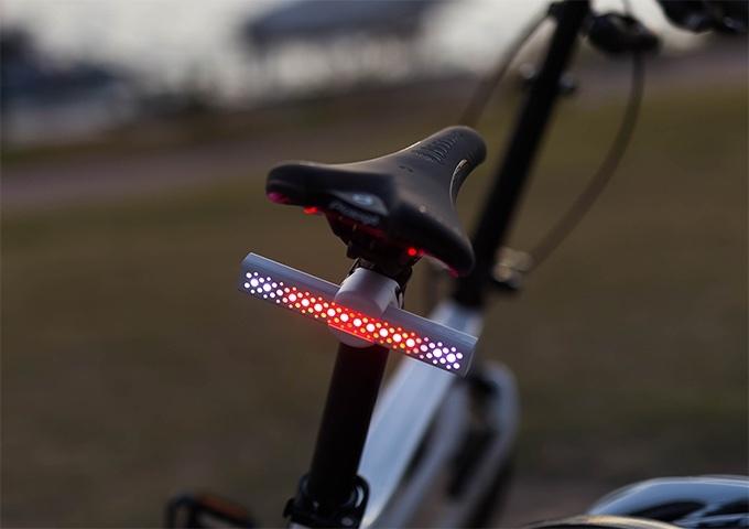 自転車での外出やランニング時もサドルの後ろや体に付けておくと、雨天時や夜間にも安全を確保できる